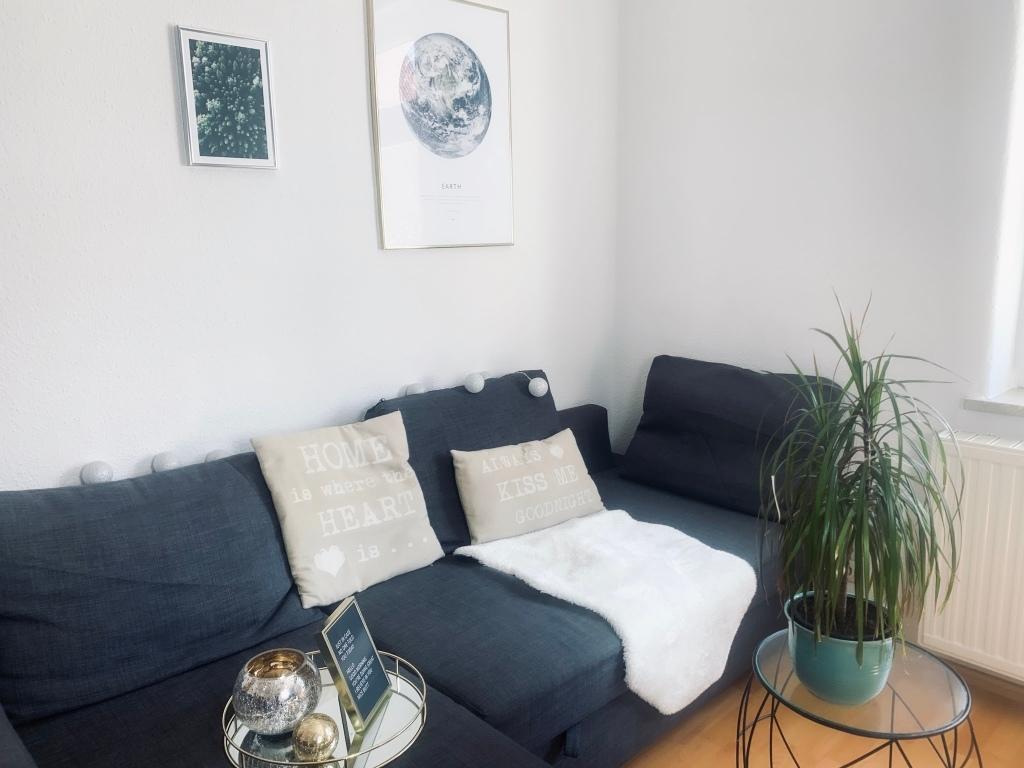 Wohnzimmer im Hegge-Stil mit einem Bild der Erde und des Waldes an der Wand von Poster Store